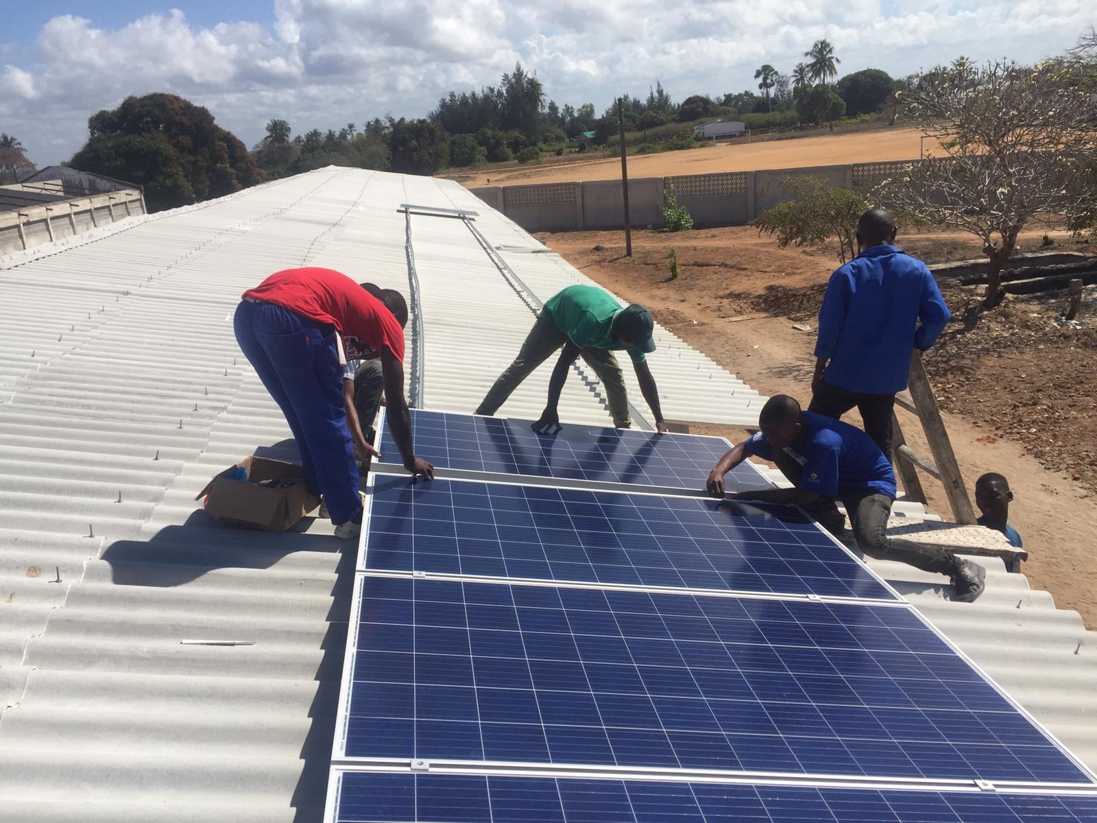 Dotación de energía renovable y otros servicios para una educación de calidad en la escuela de hoteleria y turismo de Lumbo